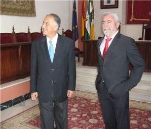 20120608-Subdelegado-y-alcalde-de-Manzanilla-en-el-salon-del-plenos-del-Ayuntamiento
