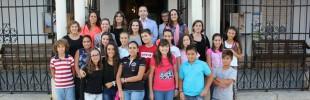 Alcalde con niños en actividades de evaluación de Ciudad Amiga de la Infancia