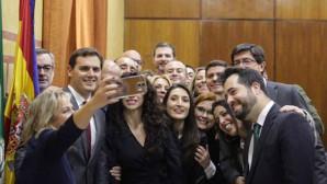 Rivera-y-parlamentarios-de-Cs-se-hacen-un-selfie