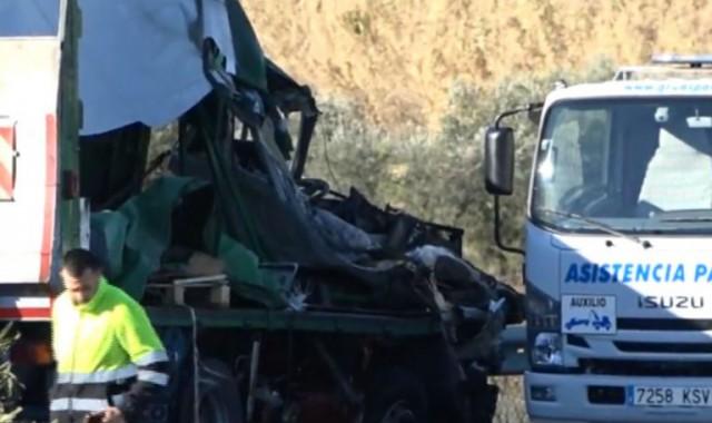 estado-en-el-que-quedo-uno-de-los-dos-camiones-accidentados-768x489