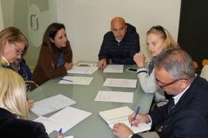 Comisión de seguimiento en la Mancomunidad con la directora de la casa de acogida, Pilar Navarro, la Diputación y la Asociación Santa Marta (2)
