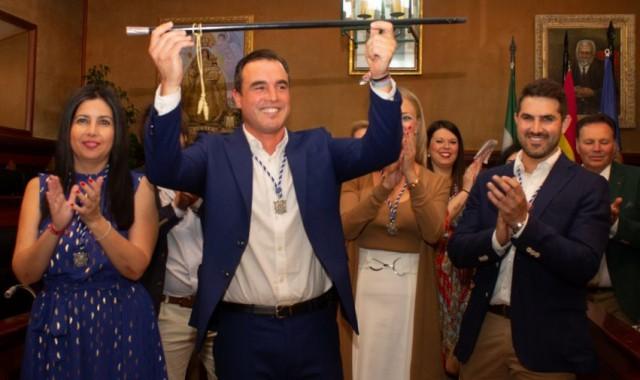 el-alcalde-de-bollullos-recibe-el-baston-de-mando